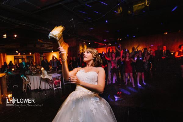 tung hoa cưới trong đám cưới