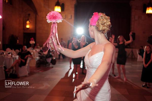 tung hoa cưới cầm tay