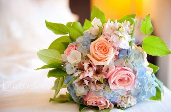 hoa cưới cẩm tú cầu và hoa hồng